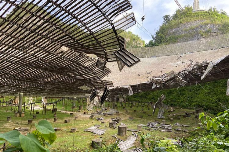 Площадка с инструментами из-за старения тросов обрушилась на зеркало антенны радиотелескопа «Аресибо» в Пуэрто-Рико и пробила её