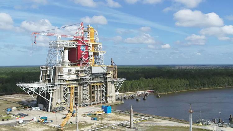 Стенд B2 для статических огневых испытаний двигателей ракет. Источник изображения: NASA