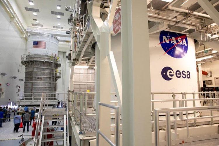 Вторая ступень SLS (ICPS) и КА Orion вместе в цехе обработки. Источник изображения: NASA