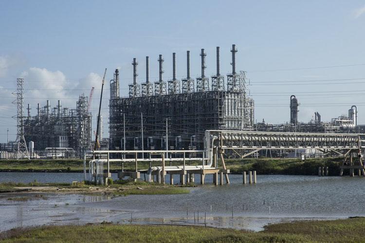 Часть нефтеперерабатывающих заводов компании Dow в Техасе всё ещё не возобюновили работу. Источник изображения: