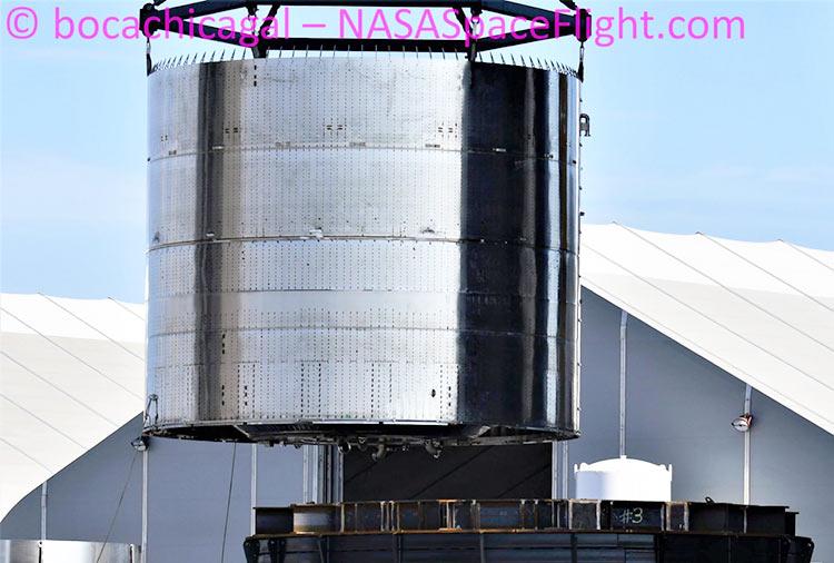 SpaceX устанавливает двигательную секцию BN1 на специальный стол (NASASpaceflight | bocachicagal)