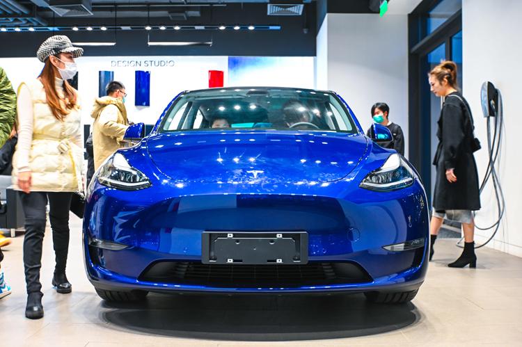 """Китай запретит военным и чиновникам ездить на работу на Tesla из опасений шпионажа"""""""