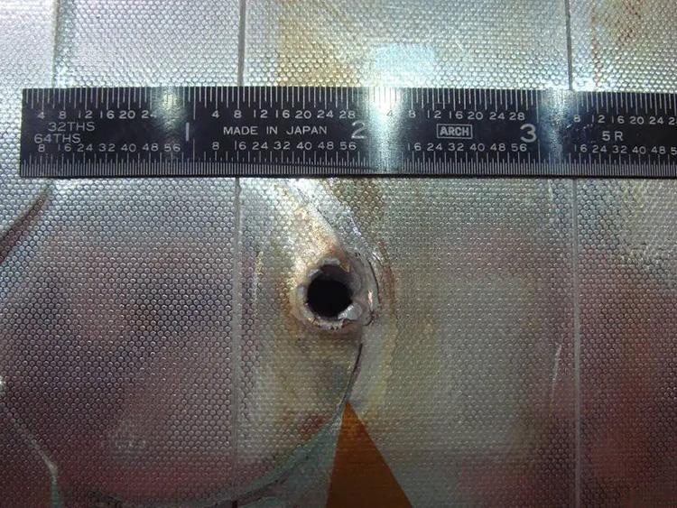 Космический мусор в своё время прошил радиатор шаттла Endeavour после одной из миссий (NASA)