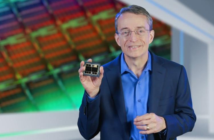 Генеральный директор Intel Пэт Гелсингер с образцом Xe Ponte Vecchio