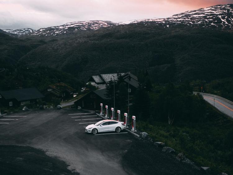 Tesla установила более 6000 станций быстрой зарядки Supercharger на 600 заправках Европы