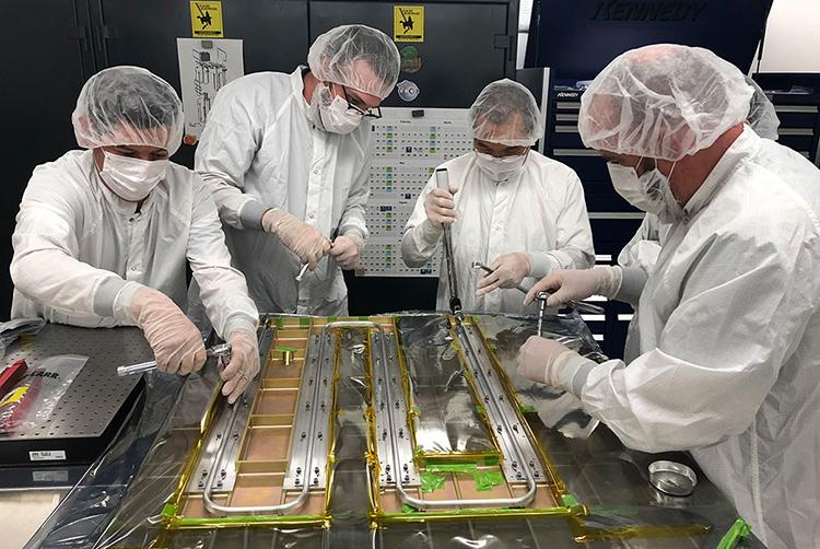 Специалисты JPL и APL в 2019 году крепят тепловые трубки к панели Europa Clipper (NASA/JPL)