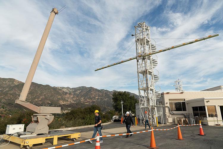 Инженеры JPL испытывают модель радиолокационной антенны Europa Clipper в 2019 году (NASA/JPL)