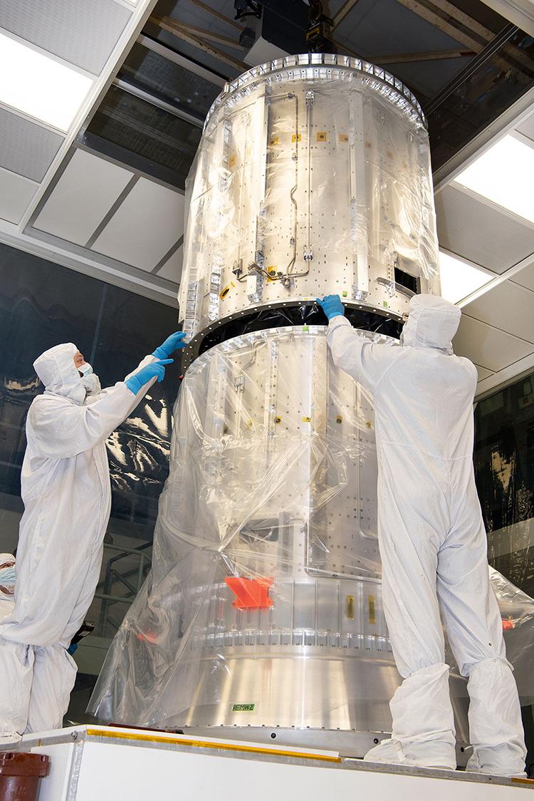 Техники NASA проверяют посадку цилиндров двигательного модуля Europa Clipper 15 октября 2020 года (NASA/Barbara Lambert)