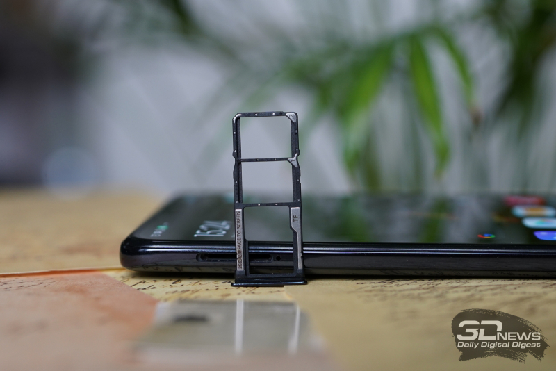 Слот для двух карточек nano-SIM и одной карточки microSD
