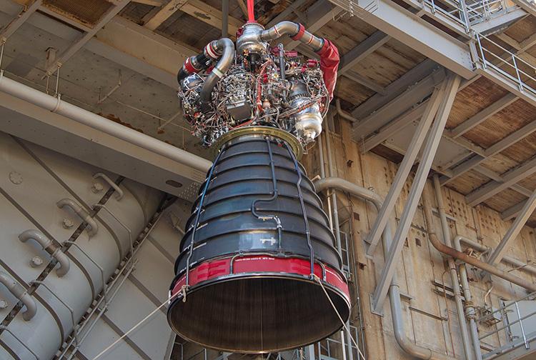 Обновлённый опытный двигатель RS-25 №0528 на тестовом стенде A-1 (NASA | SSC)