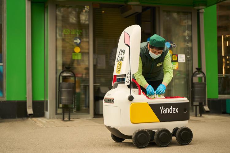Автономные роботы «Яндекс.Ровер» начали доставлять продукты и еду в жилые дома в Москве