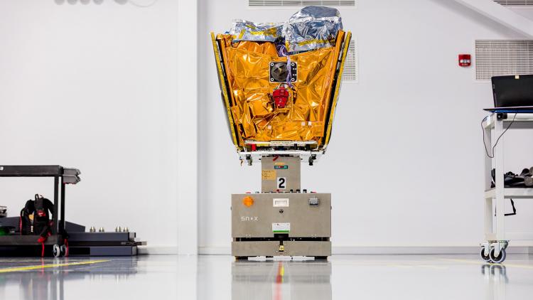 Роботизированная платформа AGV перемещает спутник OneWeb по заводу во флориде (Ryan Ketterman | OneWeb)