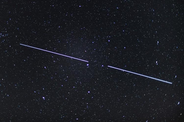 Спутники Starlink в ночном небе (Patrick Pleul | picture alliance | Getty Images)