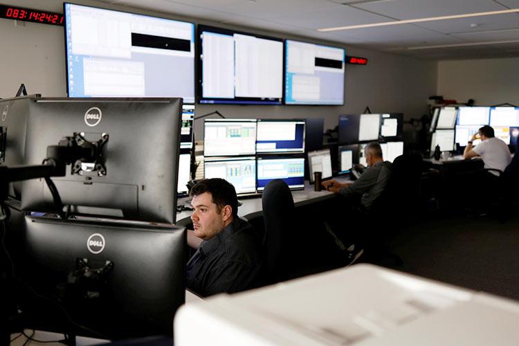 Оператор спутников Telesat в офисе (Reuters   Blair Gable)