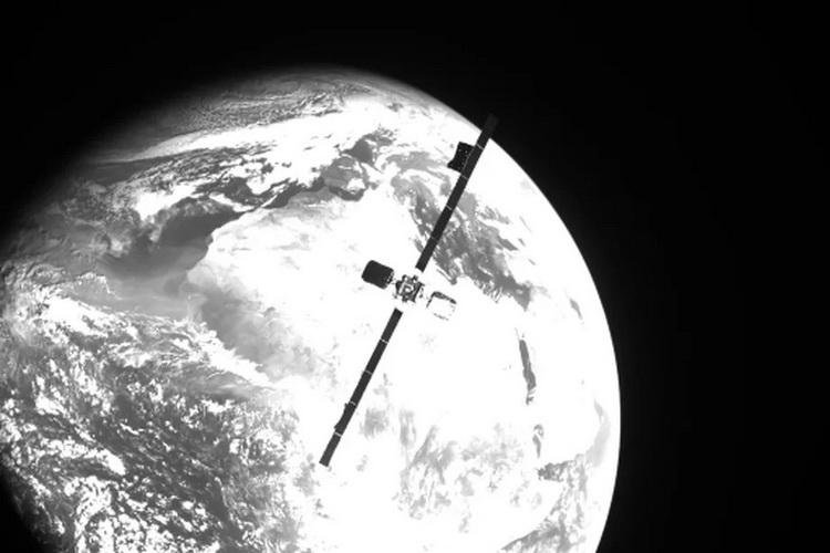 Фотография спутника связи Intelsat IS-10-02, сделанная аппаратом MEV-2 перед их стыковкой