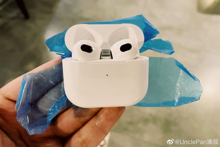 Беспроводные наушники Apple AirPods 3 показались на фото  что-то среднее, между AirPods и AirPods Pro