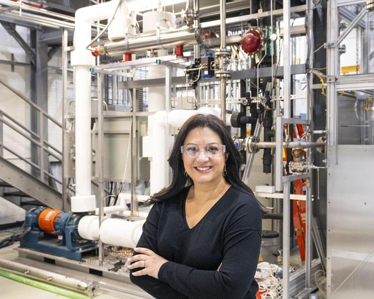 Bнженер-ядерщик ORNL Несрин Озган Четинер (Nesrin Ozgan Cetiner) на фоне испытательной установки. Источник изображения: ORNL