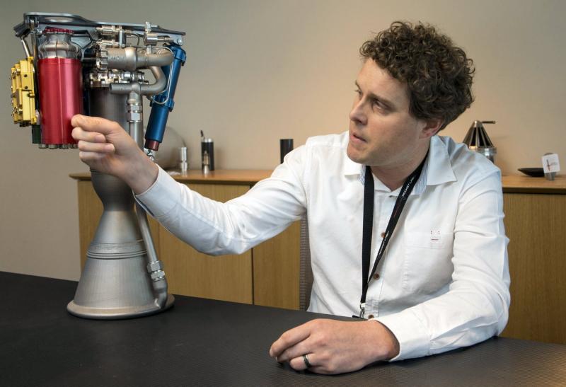 Основатель и генеральный директор компании Rocket Lab Петер Бек (Peter Beck) c жидкостным двигателем Rutherford. Каждый из девяти подобных двигателей, стоящих на первой ступени ракеты-носителя Electron, имеет два насоса, приводимыми от электродвигателей мощностью по 37 кВт (50 л.с.). Роторы двигателей вращаются с частотой 40 000 оборотов в минуту. Фото Reuters