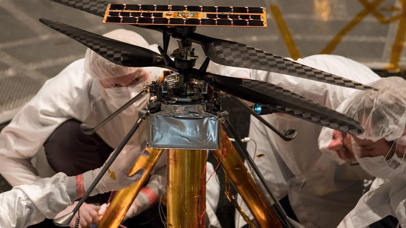 Специалисты NASA осматривают вариант коптера (именно этот аппарат улетел к Красной планете), установленный внутри вакуумной камеры в Лаборатории реактивного движения JPL в Пасадене, Калифорния. Фото NASA / JPL-Caltech