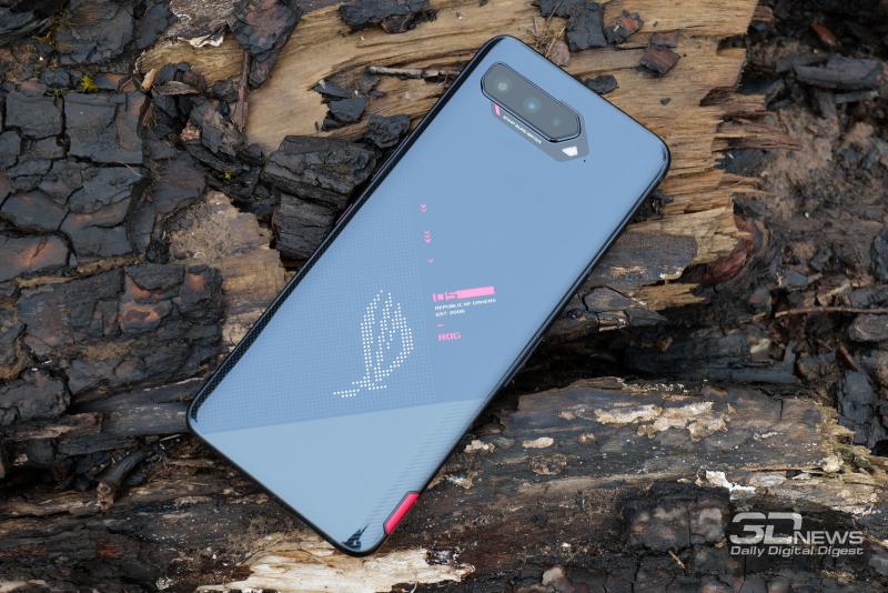 ASUS ROG Phone 5, задняя панель: блок тройной камеры, двойная светодиодная вспышка и светящийся логотип Republic of Gamers