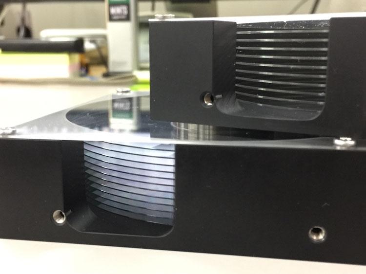 Макеты жёстких дисков с 10 и 12 стеклянными пластинами. Источник изображения: Hoya