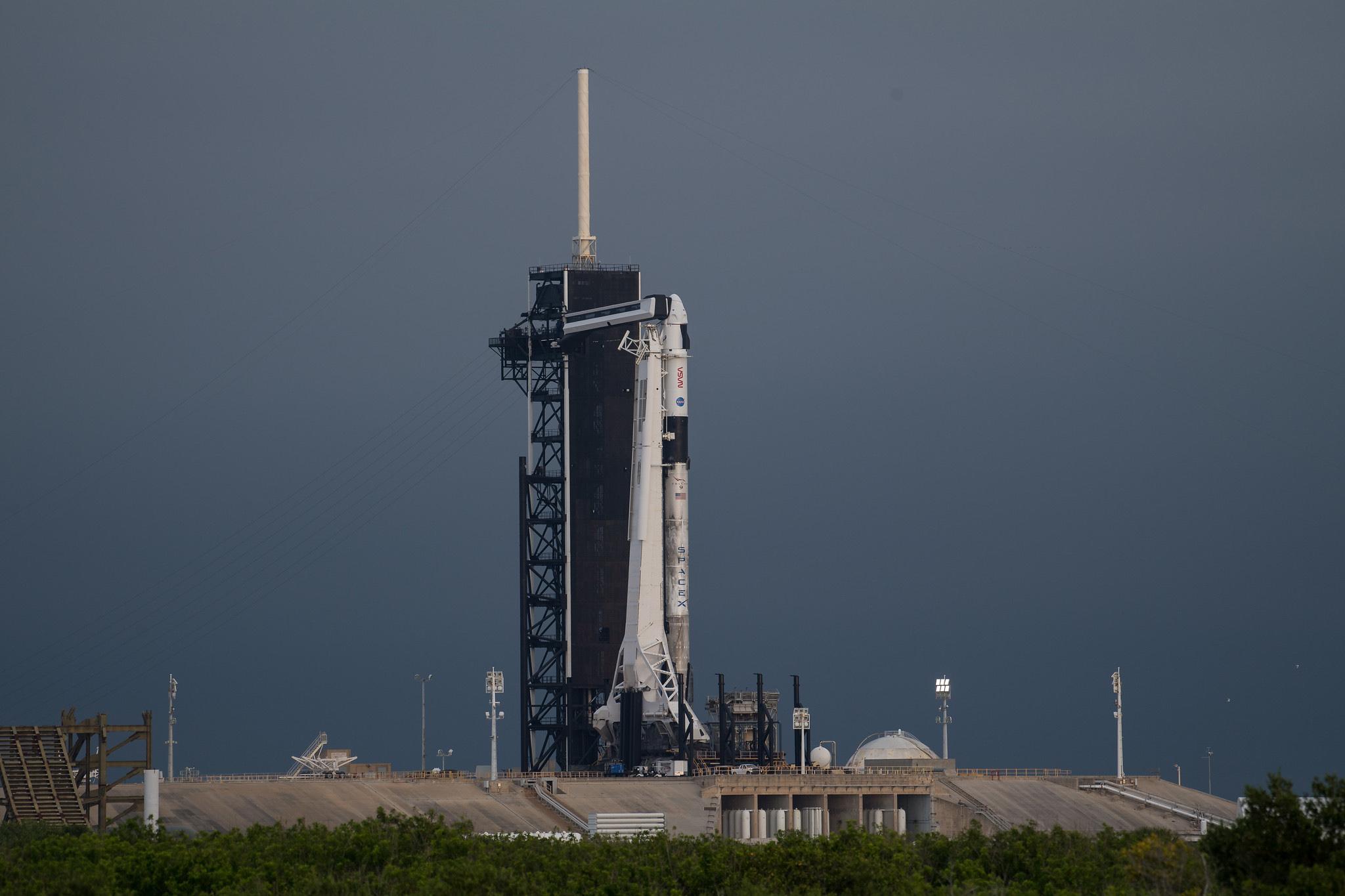 В ожидании старта: SpaceX отсняла ракету миссии Crew-2 с дрона на исторической стартовой площадке 39A
