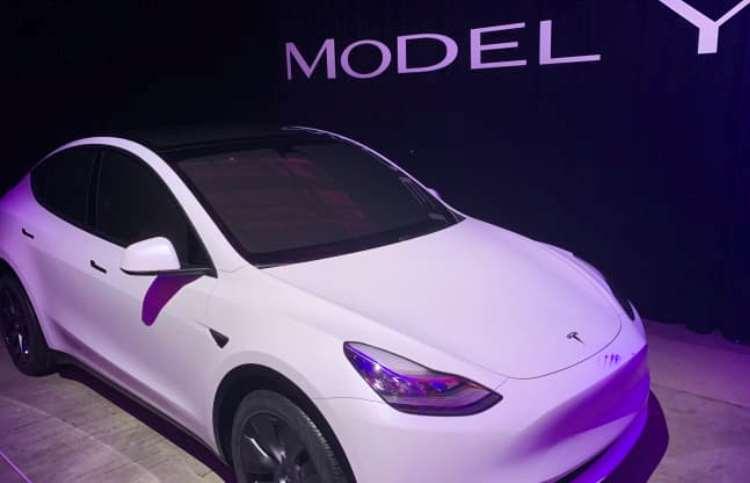 """Энтузиасты рассказали, как электромобили Tesla ездят на автопилоте, когда за рулём никого нет"""""""