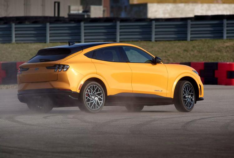 Ford представила Mustang Mach-E GT 2021 с мощным электродвигателем на 480 л. с. и свежим дизайном