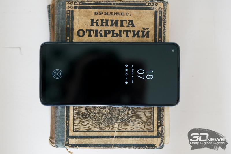 realme 8 Pro, лицевая панель: в левом верхнем углу экрана — фронтальная камера, под верхней кромкой — разговорный динамик