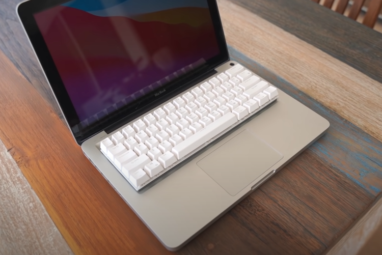 Энтузиаст создал первый в мире MacBook Pro с механической клавиатурой. Есть и RGB-подсветка