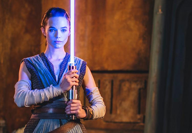 Disney показала настоящий световой меч, который можно будет купить в следующем году