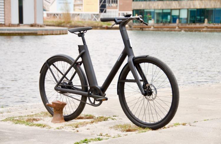 """Cowboy представила два электрических велосипеда с беспроводной зарядкой для смартфонов"""""""