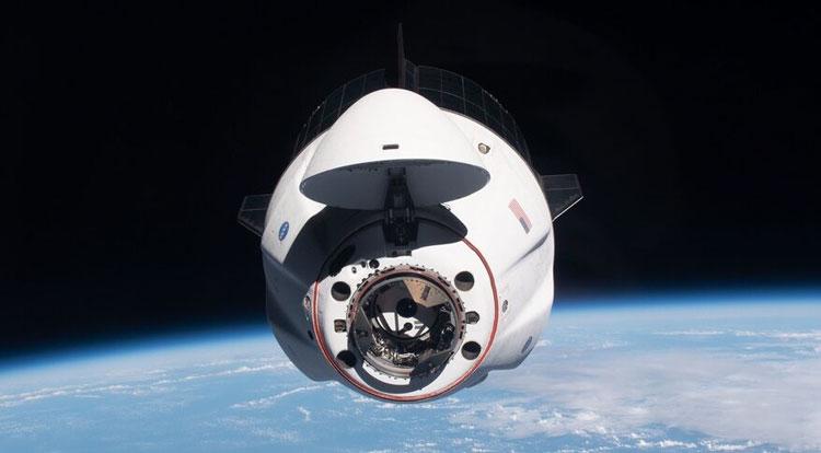 Пилотируемый космический корабль Crew Dragon компании SpaceX идёт на стыковку с МКС. Источник изображения: NASA