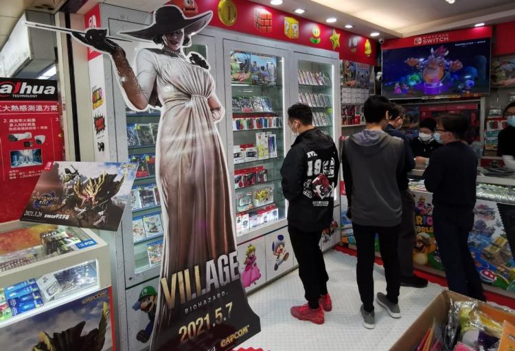 На территории Японии игру продвигали в том числе с помощью ростовых фигур леди Димитреску