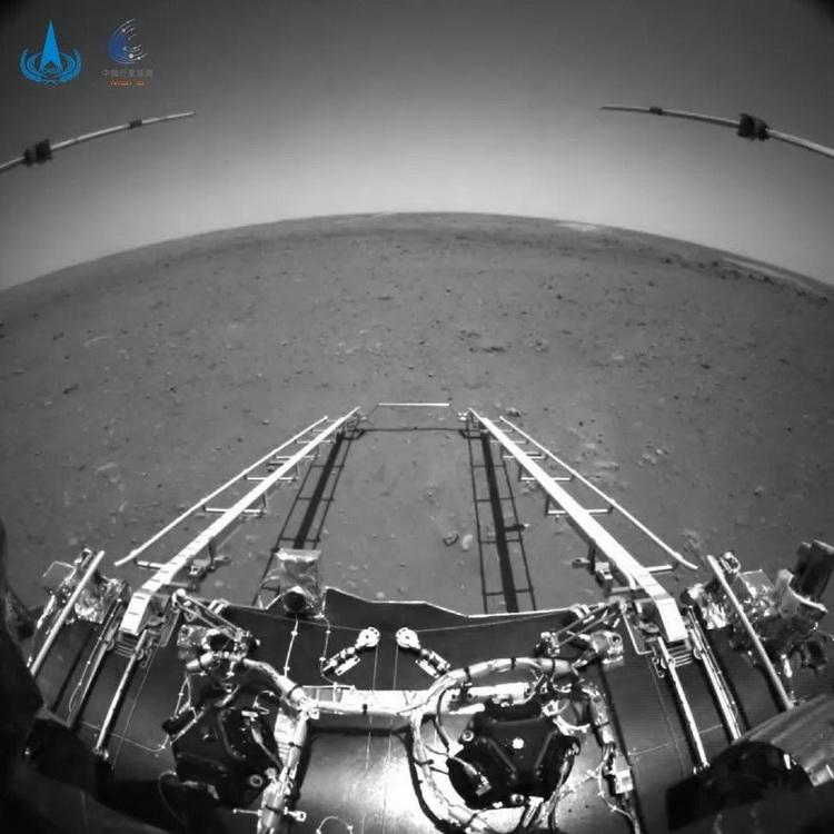 Китайский марсоход Zhurong прислал первые фотографии с Красной планеты