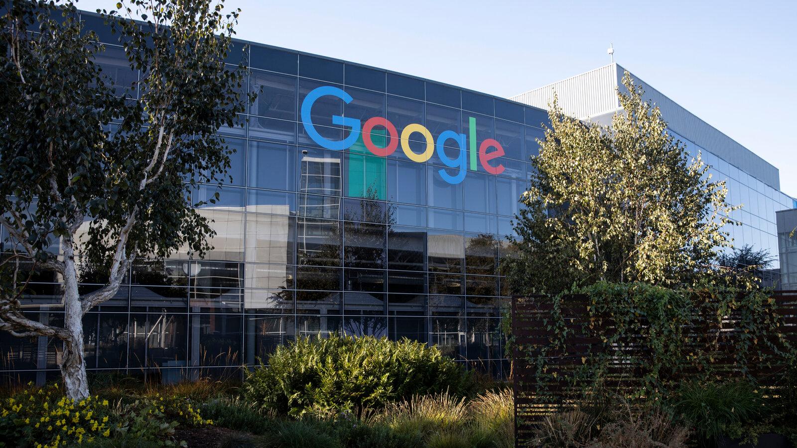 Роскомнадзор пригрозил замедлить Google и YouTube за неудаление запрещённых материалов