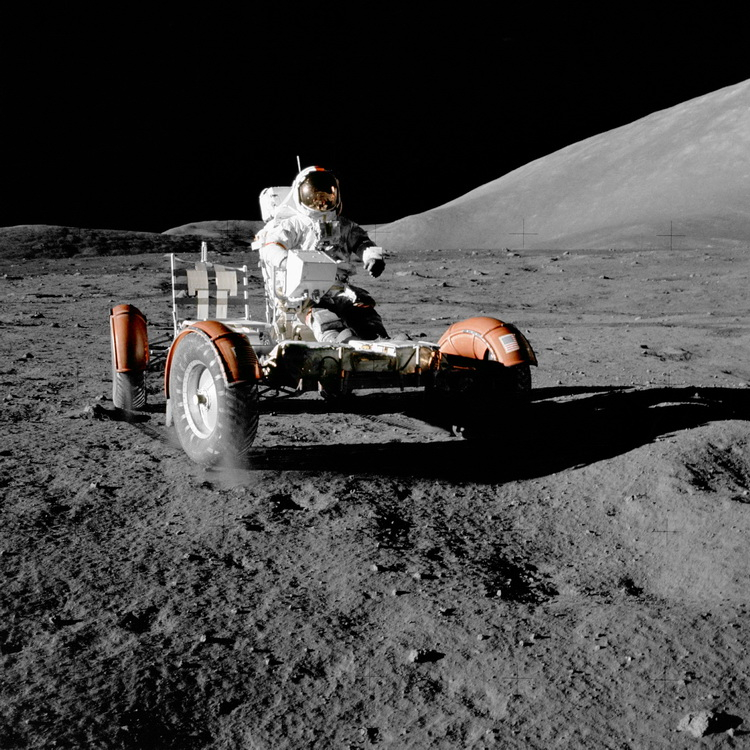 Юджин Сернан верхом на лунном автомобиле передвигается по ухабистой лунной долине Тавр—Литтров