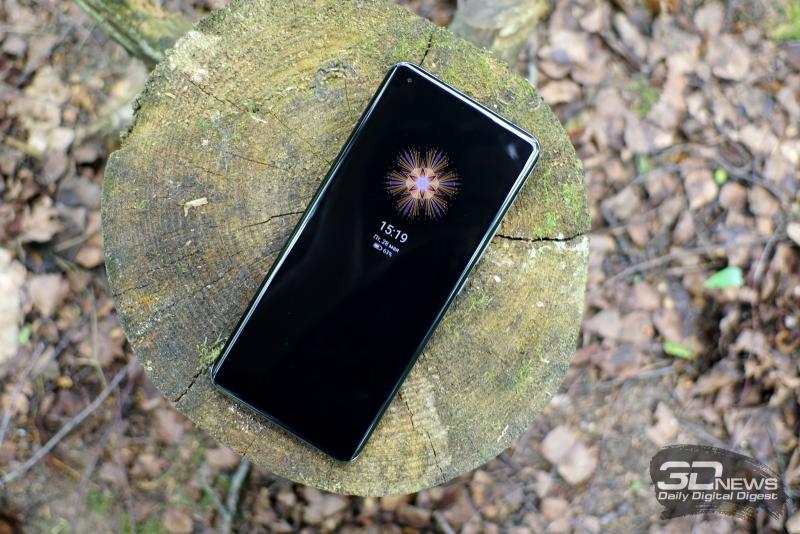 Xiaomi Mi 11 Ultra, лицевая панель: в углу — фронтальная камера в отдельном отверстии, под верхней кромкой по центру — разговорный динамик