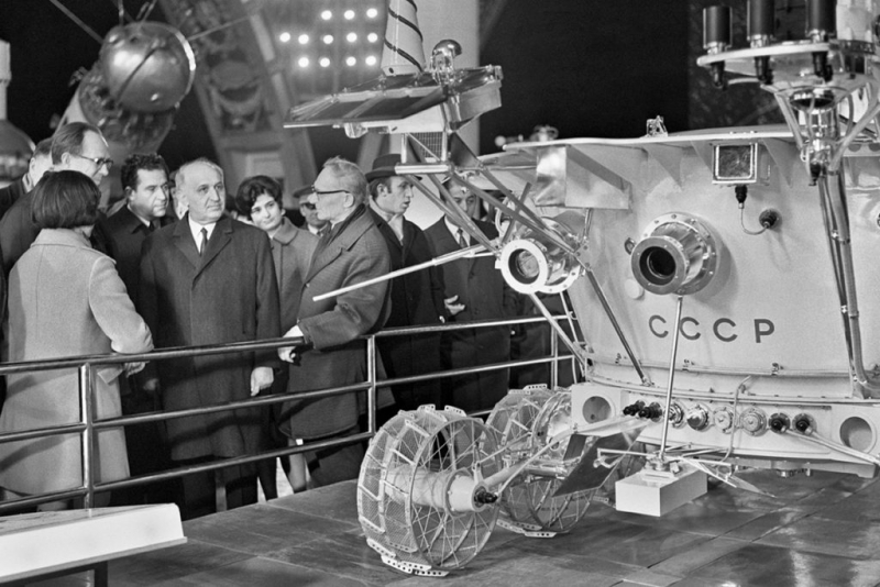 «Луноход-1» в павильоне «Космос» на ВДНХ (1971 год). Фото Александра Конькова (ТАСС), источник https://mbk-news.appspot.com/suzhet/lunohodu-50/