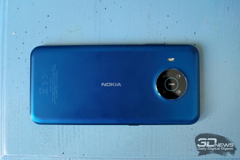 Nokia X20, задняя панель: по центру — блок с четырьмя камерами, слева от него — одинарная светодиодная вспышка
