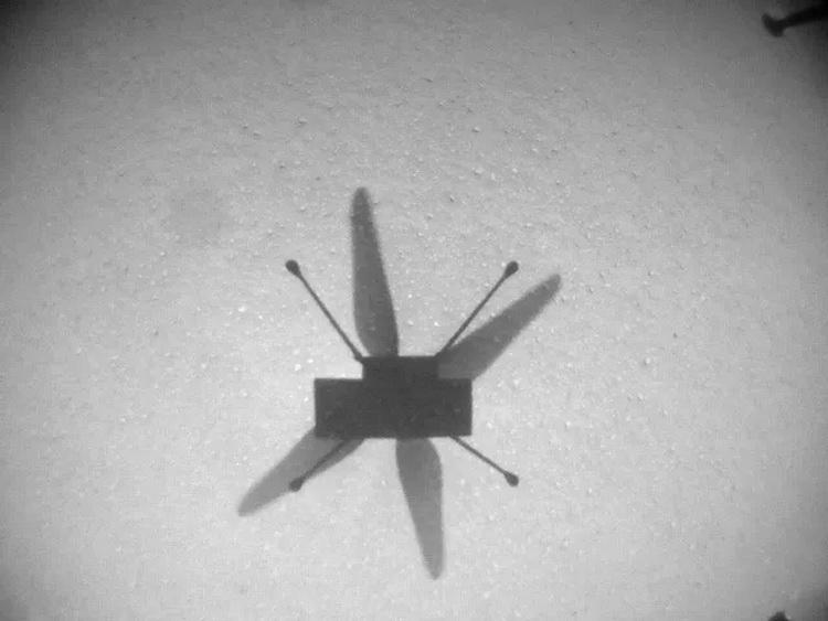 Тень Ingenuity на поверхности Марса в ходе седьмого полёта марсианского вертолёта