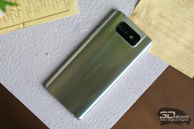 ASUS Zenfone 8 Flip, задняя панель: поворотный блок с тремя камерами и двойной светодиодной вспышкой, ниже — микрофон