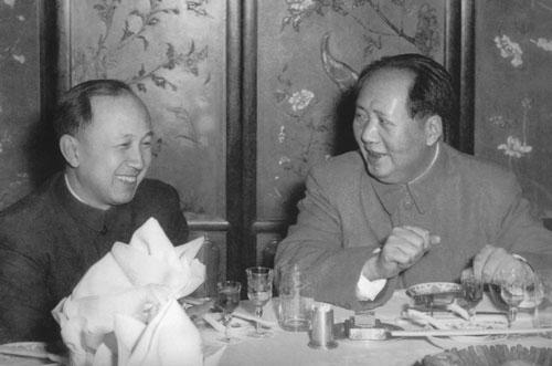 «Великий кормчий» Мао Цзэдун (справа) и «главный китайский ракетчик» Цянь Сюэсэнь. Источник: http://epizodsspace.airbase.ru/bibl/afan/bol-kk2006/03.html