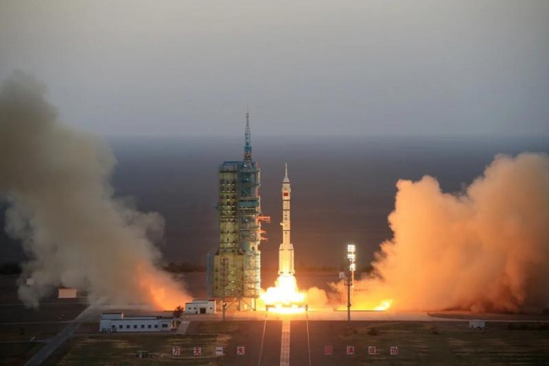 Запуском корабля «Шэньчжоу-11» к лаборатории «Тяньгун-2» завершился второй этап «Проекта 921». Фото «Синьхуа»