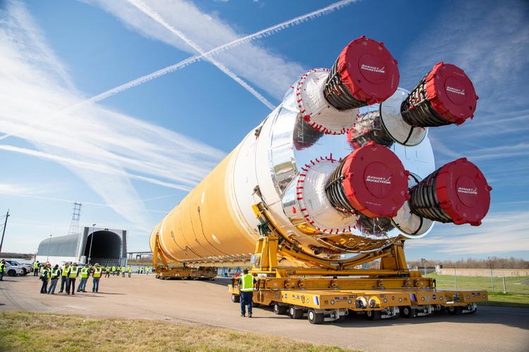 Перевозка ракеты на баржу в августе 2020 года