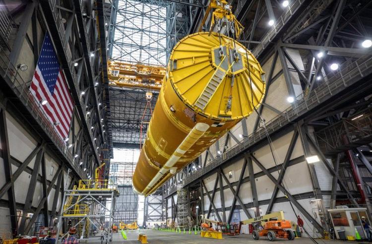 NASA показало собранную сверхтяжёлую ракету SLS для полётов к Луне2
