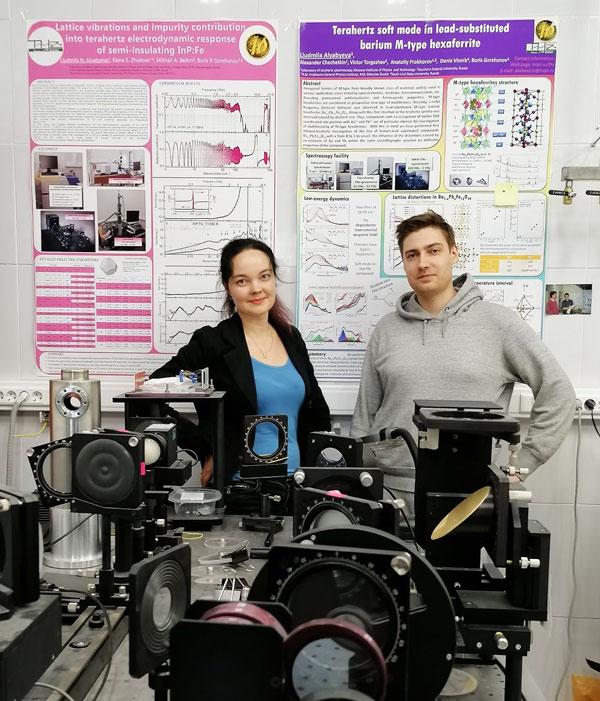 Авторы эксперимента Людмила Алябьева и Евгений Горбачев в лаборатории терагерцовой спектроскопии МФТИ. Источник изображения: МФТИ
