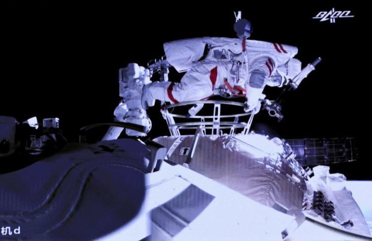 Китайские космонавты впервые вышли в открытый космос из национальной орбитальной станции