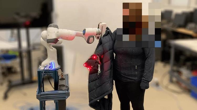 Американцы создали робота, который быстро и безопасно оденет человека