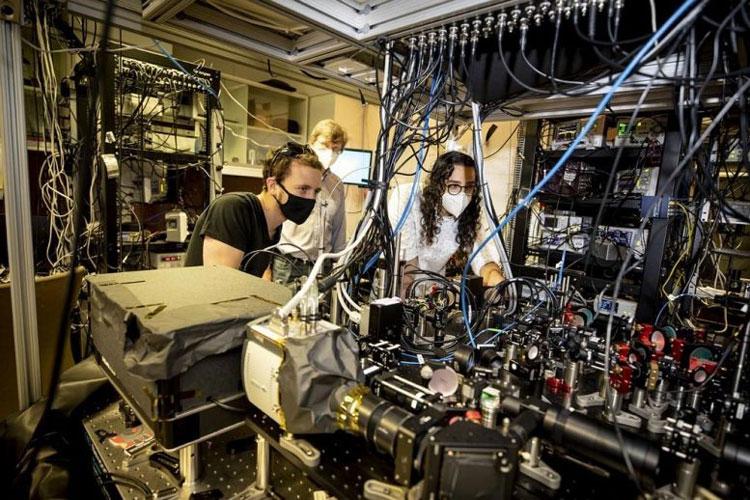 В гарвардской лаборатории Луника (профессор на заднем фоне). Источник изображения: Rose Lincoln/Harvard Staff Photographer